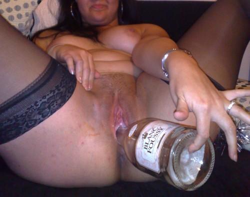 une amatrice se gode avec une bouteille
