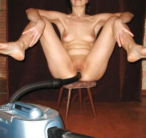 une amatrice se gode et se masturbe avec un aspirateur
