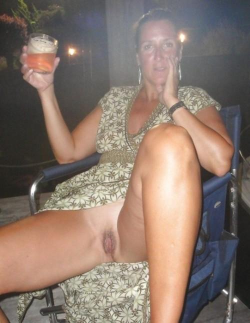 une femme mature exhibe son sexe