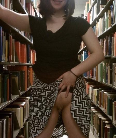 Sexedefemme0186 Sans culotte dans une bibliothèque