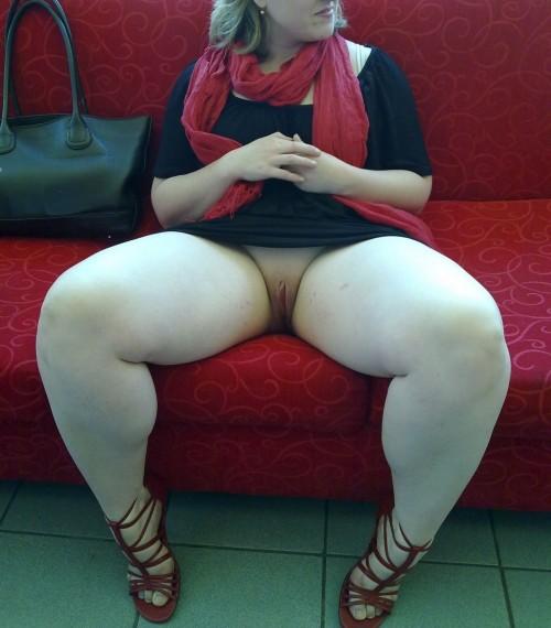 Sous la jupe d'une femme ronde