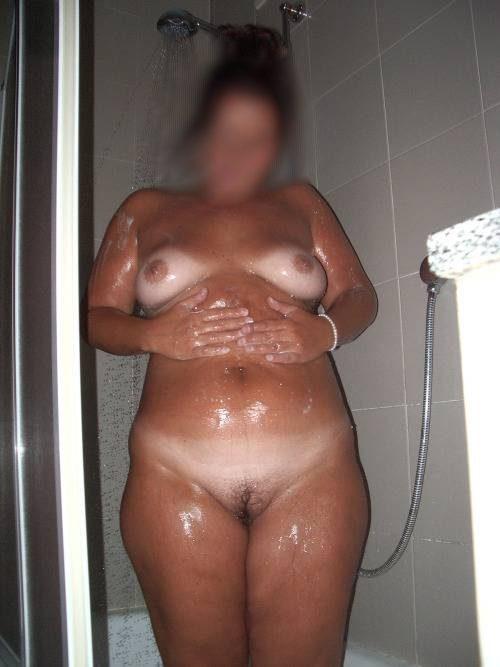 Femme ronde sous la douche