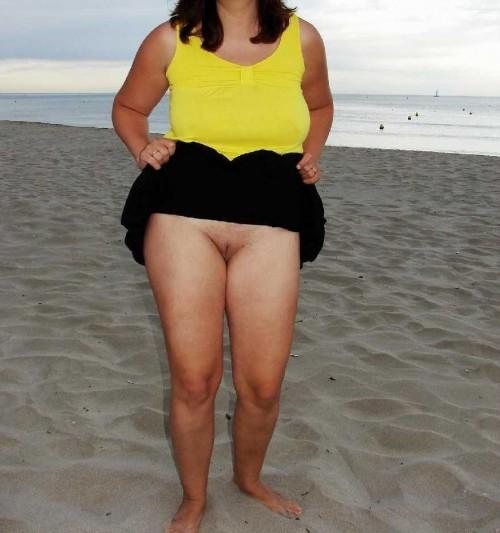 exhibe en soirée sur la plage