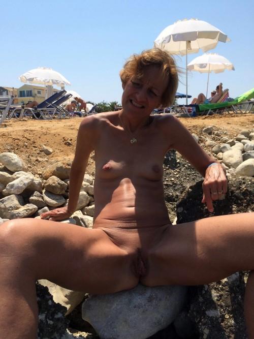 Femme nue à la plage