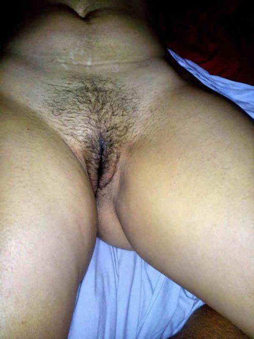Le sexe de sa compagne jambes écartées