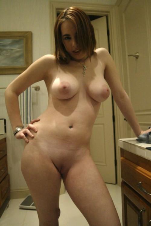 une amatrice provocante s'exhibe nue