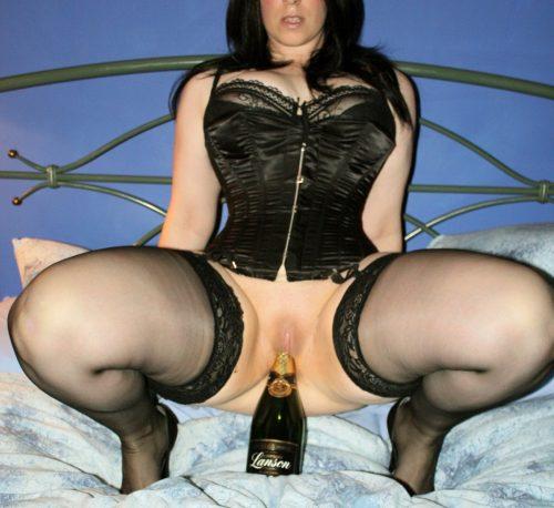 Une bouteille de champagne dans sa chatte